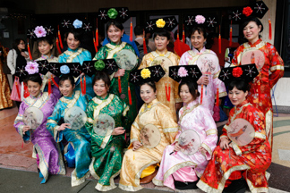 Chinese New Yeark Women in Slik